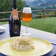 Birra Ambrata La Cotta con un piatto di spaghetti