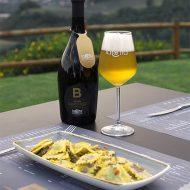 Birra Bionda La Cotta con un piatto di ravioli