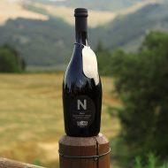 Birra Nera La Cotta con vista delle colline del Montefeltro