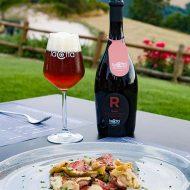 Birra Rossa La Cotta con un piatto di carne